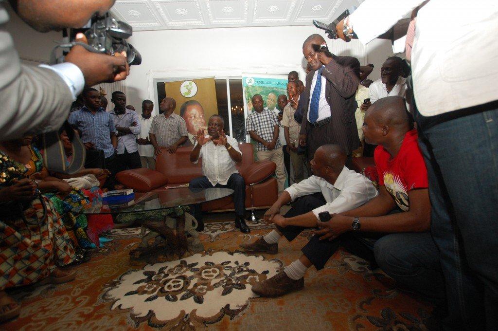 Bi-hebdomadaire d'information et d'action sociale paraissant au Congo-Brazzaville appartenant. (Banque Congolaise de. la première rencontre citoyenne d.